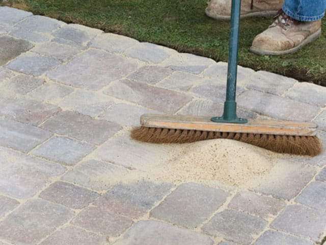 interlocking-paver-sand-to-fill-cracks
